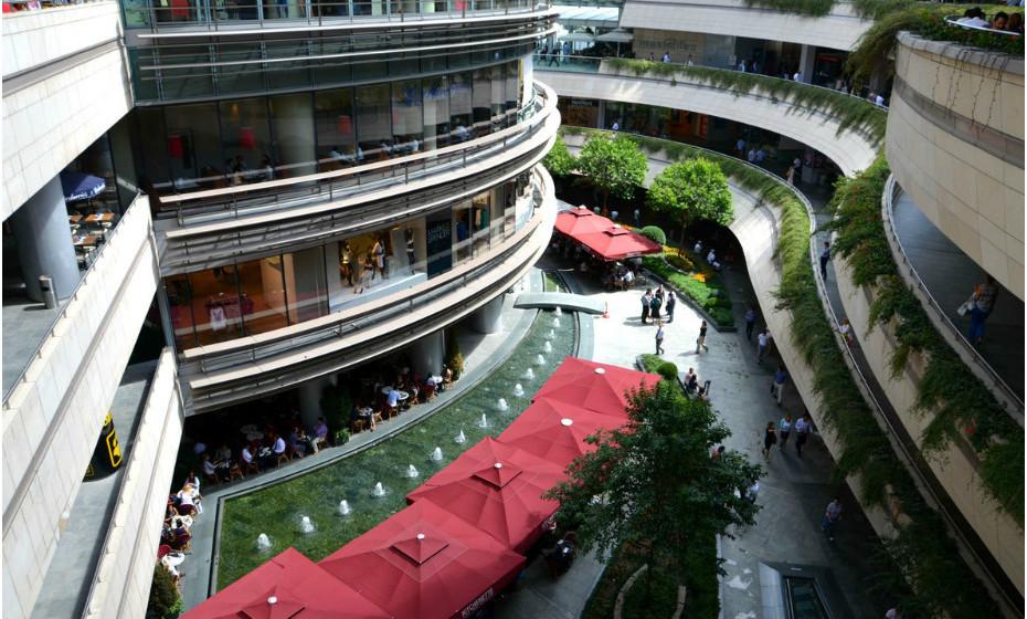 Kanyon é um complexo polivalente localizado na Avenida Büyükdere nº 185 no distrito empresarial de Levent, em Istambul, na Turquia. Inaugurado a 6 de Junho de 2006, o centro comercial reúne 160 lojas (com uma área de 37.500 m2), uma torre de escritórios de 30 andares (26 andares acima do nível da rua) e um bloco residencial de 22 andares com 179 apartamentos residenciais.