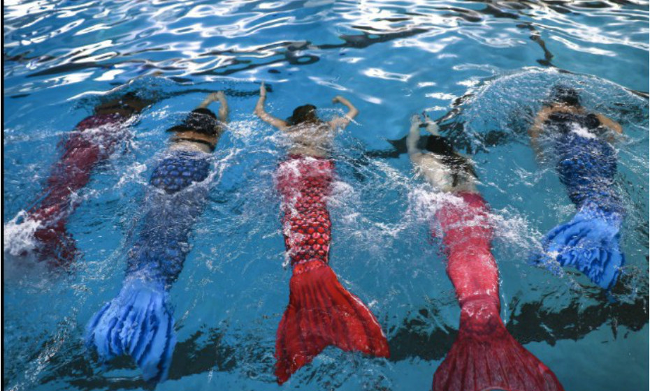 Uma aula de natação com cauda de sereia em Chicago, EUA. Fonte: CNN