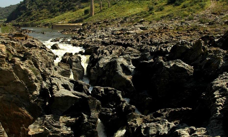 Pulo do Lobo – Localizada no coração do Parque Natural do Vale do Guadiana, esta queda de água de 16 metros é o principal acidente geológico deste rio. Aqui vivem e criam a cegonha preta, a águia real e o bufo real. Para encontrar o Pulo siga as coordenadas GPS: N37°48'14.27″ / W7°38'0.97