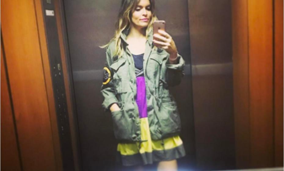 A atriz Diana Chaves é fã de selfies ao espelho do elevador. É assim que normalmente fotografa os seus outfits. Neste dia, optou por um vestido com cores bem vibrantes e um casaco verde tropa.