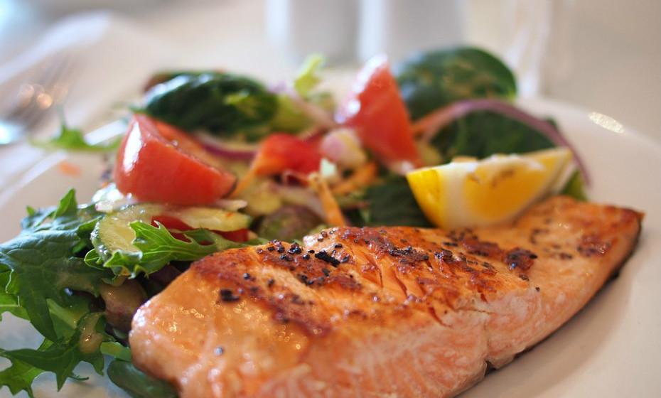 Peixe gordo é uma das fontes mais ricas de ómega-3 e tem propriedades anti-inflamatórias impressionantes. Podem ter efeitos benéficos sobre a saúde hormonal, no que concerne à redução dos níveis de hormonas do stress.