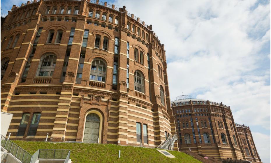 O Gazompeter, em Viena, Áustria, tem, desde o final da década de 1990, quatro equipas de arquitetos a trabalhar na ampliação deste complexo centenário. Além disso, tem 615 apartamentos modernos e um salão de eventos com capacidade para 4.200 pessoas.