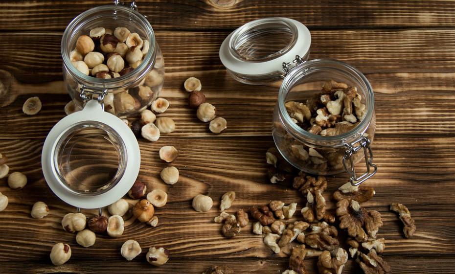 Os frutos secos ajudam a melhorar a saúde do coração e, consequentemente, a saúde do cérebro. São compostos por gorduras saudáveis, antioxidantes e vitamina E, que protegem as membranas celulares dos danos dos radicais livres.