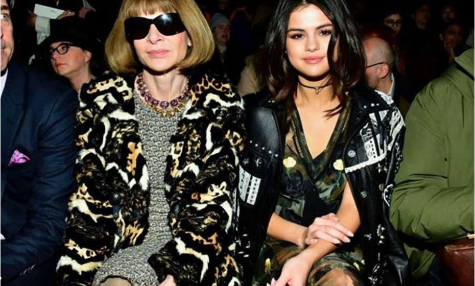 Num desfile ao lado de Anna Wintour, editora da Vogue, a atriz e cantora Selena Gomez envergou o estilo militar, que também se tem visto muito por aí.