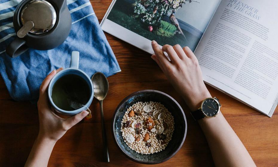A granola contém ingredientes saudáveis como, por exemplo, aveia e frutos secos. O problema reside nas quantidades exorbitantes que são adicionadas na receita de algumas marcas. Uma vez mais, leia sempre o rótulo. Melhor, faça a sua granola em casa.