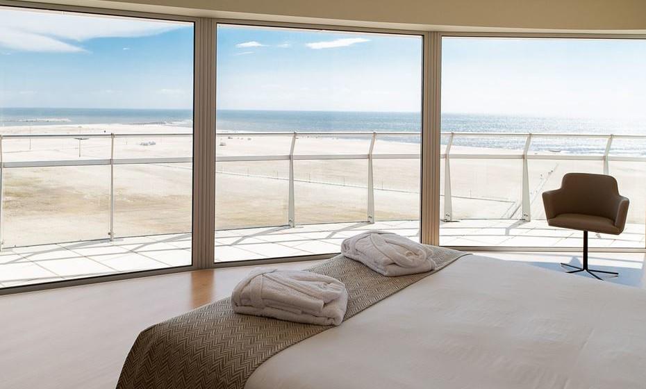 Com olhos rendidos à imensidão do horizonte. É assim o acordar no Eurostars Oasis Plaza – um hotel de 4 estrelas, situado na Figueira da Foz, mesmo em frente ao mar.   Construído em forma elíptica, com 15 andares, o hotel adota a forma de um navio de cruzeiro encalhado na praia atlântica da Figueira. A proximidade à praia é um dos seus pontos fortes, mas não é o único: o hotel conta com 160 suites e estúdios de luxo, 2 restaurantes, 3 zonas de bar, spa e uma fantástica piscina coberta no terraço, com uma incrível vista panorâmica.