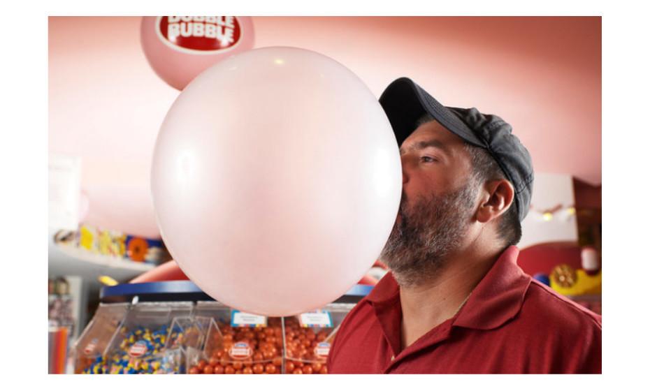 O maior balão de pastilha explodiu com 50,8cm de diâmetro. O recorde pertence a Chad Fell, de Alabama, EUA, e foi alcançado a 24 de abril de 2004. (Fotos: Livro dos Recordes do Guiness)