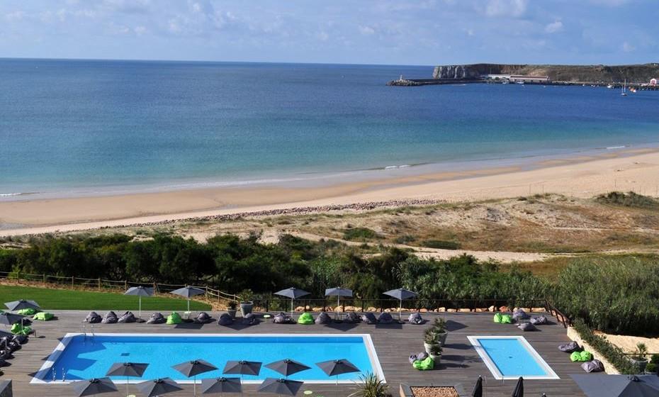 A apenas 2 minutos a pé da Praia do Martinhal, o Martinhal Beach Resort & Hotel é um hotel de 5 estrelas, conhecido pelo seu luxo despretensioso e pela hospitalidade genuína.   Com cinco piscinas, campos de ténis, restaurantes, 37 quartos e uma vasta seleção de espaçosas casas de família, o Martinhal Sagres é o hotel perfeito para uma estadia confortável em família.