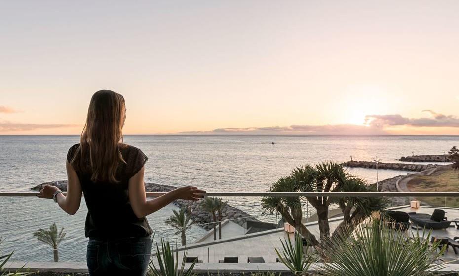 Situado no concelho da Calheta, na Madeira, o Savoy Saccharum Resort & Spa é um hotel idílico, único no seu género. Sobranceiro ao mar e próximo da Marina da Calheta, este hotel foi concebido para desfrutar, em simultâneo, da proximidade da praia e da montanha.     Todos os 243 quartos apresentam varandas privativas com vistas fantásticas para o Oceano Atlântico ou para as montanhas que se erguem em redor. Vistas deslumbrantes, conforto, descanso e cenários de cortar a respiração. Estas serão certamente umas férias revigorantes.