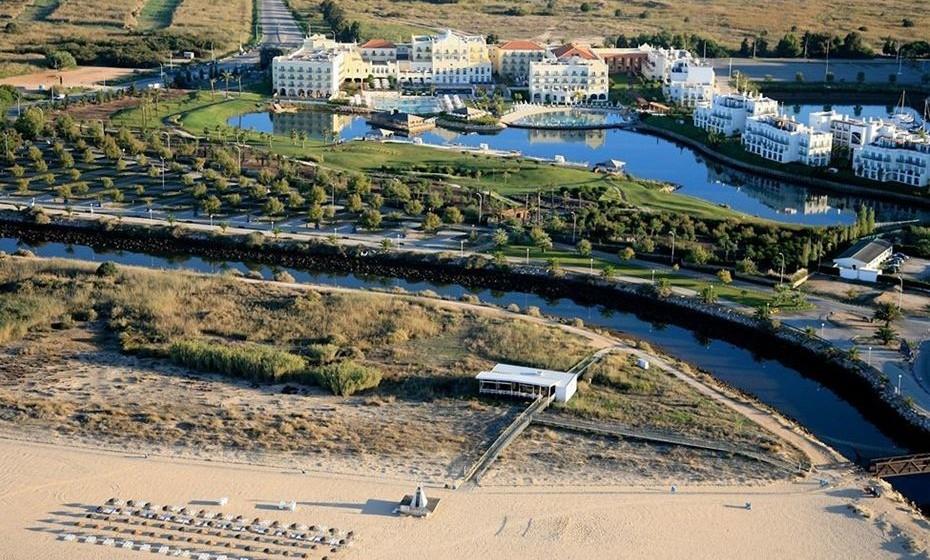 Com uma das melhores avaliações do pais, o The Lake Spa Resort é um requintado hotel de 5 estrelas localizado em Vilamoura, a 300 metros da Praia da Falésia. Elegante e luxuoso, este resort conta com três piscinas exteriores (uma delas com fundo de areia natural), um lago privado e um cem número de atividades – de hipismo, a ténis, do mergulho a excursões. Todo o conforto e luxo, a um passo da praia.