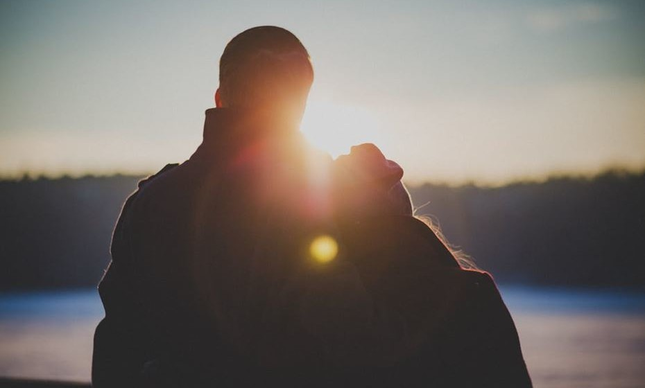 Comunicação acima de tudo: Se sente que a falta de tempo é avassaladora para a relação e nenhuma destas dicas está a ajudar, então expresse os seus sentimentos. Guardar tudo cria ressentimentos que inevitavelmente vão minar a relação.