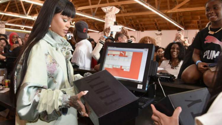 Rihanna é a empregada de balcão mais fashion de sempre