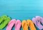 A podologista Christina Long alerta para as falhas de proteção que o calçado mais antigo do mundo oferece aos pés e recomenda o seu uso apenas em situações específicas. Esta simples peça não consegue proteger os 26 ossos, 33 articulações e 100 músculos, tendões e ligamentos que compõem o pé. Veja de seguida algumas recomendações a ter em conta na hora de comprar ou usar chinelos.
