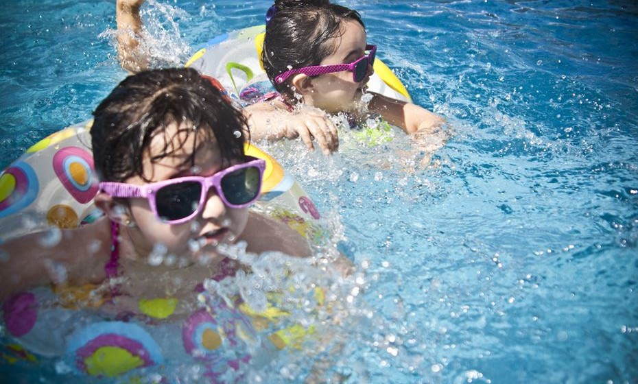 Se o seu filho teve algum tipo de doença gastrointestinal, deve mante-lo longe das piscinas e parques aquáticos durante alguns dias, para evitar a contaminação da água.