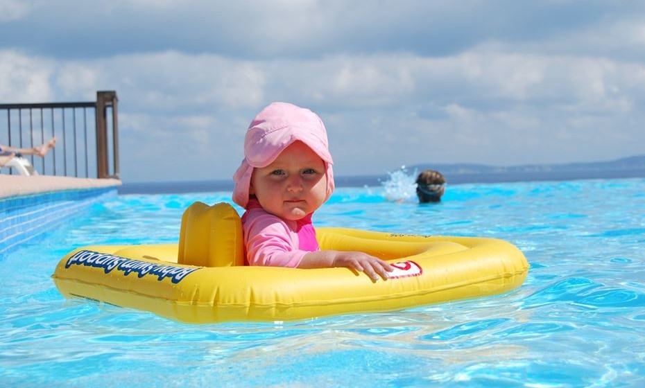 Não há nada melhor do que um mergulho refrescante numa piscina, lago, ribeira, rio ou oceano. O mesmo acham as bactérias e parasitas que, microscopicamente, lhe podem estragar a diversão. Veja como se prevenir.