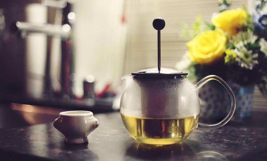 ANSIEDADE - 300 ml de água + 1 c. de sobremesa de passiflora + 1 c. de sobremesa de dente-de-leão + 1 c. de sobremesa de gengibre (raiz) + 1 c. de sobremesa de mel + 1 c. de sobremesa de raiz de valeriana Ferva todas as plantas por 5 minutos, descarte as plantas e beba a mistura ainda quente pela manhã.
