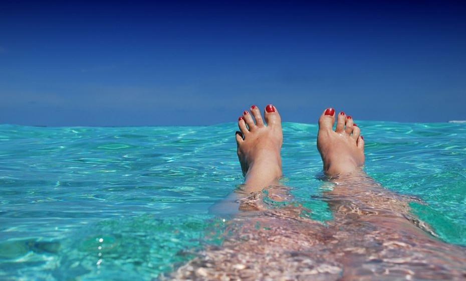 A água salgada apresenta menos problemas em relação a infeções de bactérias e parasitas, mas os nadadores devem ficar fora da água se tiverem um corte ou ferida que possa infetar.