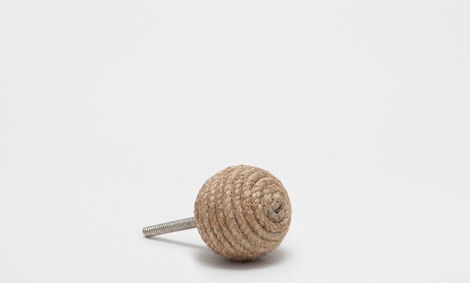 Para um ambiente mais campestre opte por uns puxadores com corda ou encordoados.