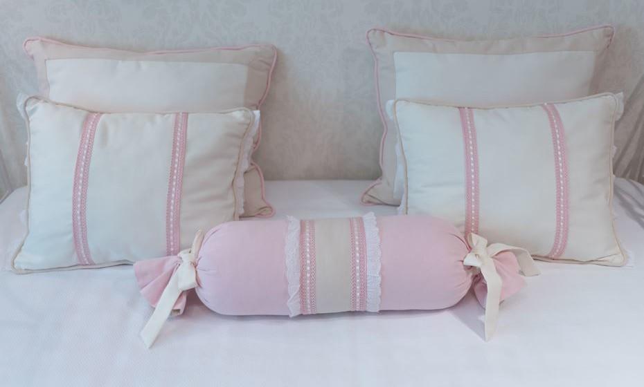 Várias almofadas em algodão tornam o espaço mais confortável.