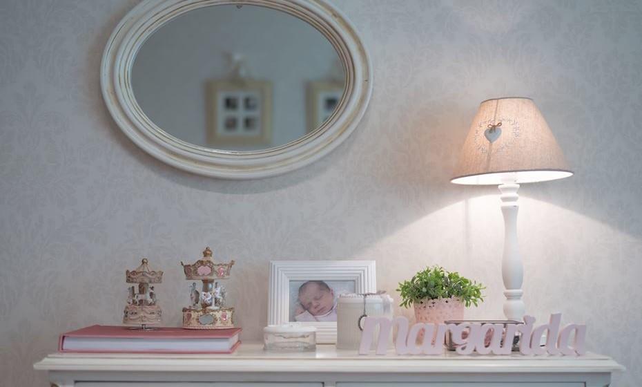 Carrosséis, velas e fotografias complementam a decoração. Espelho restaurado.