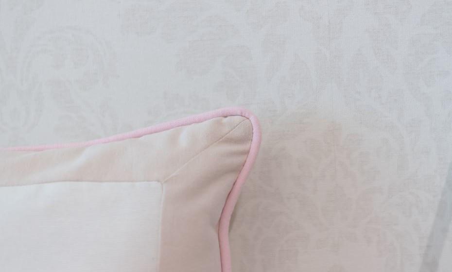 Pormenor da almofada e do papel de parede.