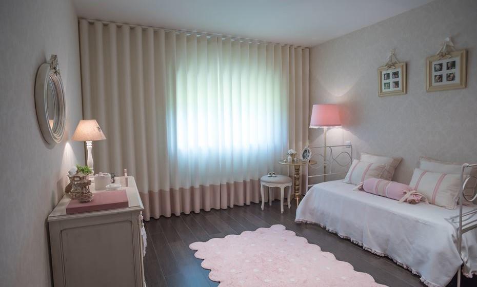 Uma cortina do tamanho da parede confere amplitude ao espaço.