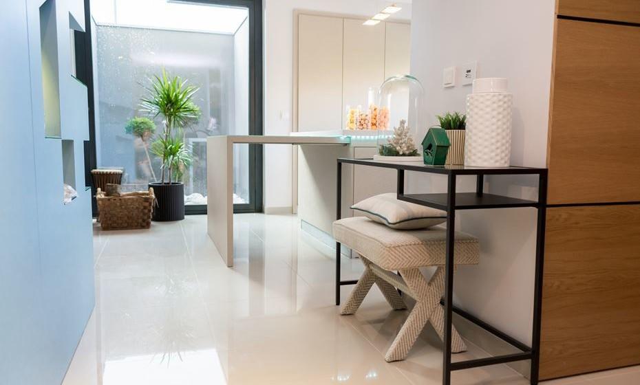 Hall de entrada, com cores claras para uma sensação de espaço. (Fotos: Angela Pinheiro Home Design)