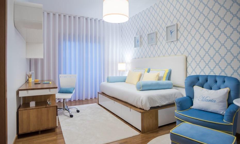 Perspetiva geral do quarto. Gerimos o espaço para criar uma zona de descanso, uma de estudo e uma de beleza (com um closet) distintos, mas harmoniosamente interligados.
