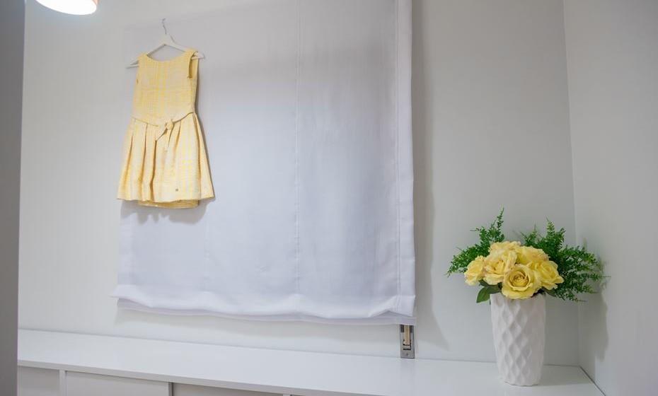 No closet tudo branco; apenas alguns apontamentos com elementos em amarelo. (Fotos: Angela Pinheiro Home Design)