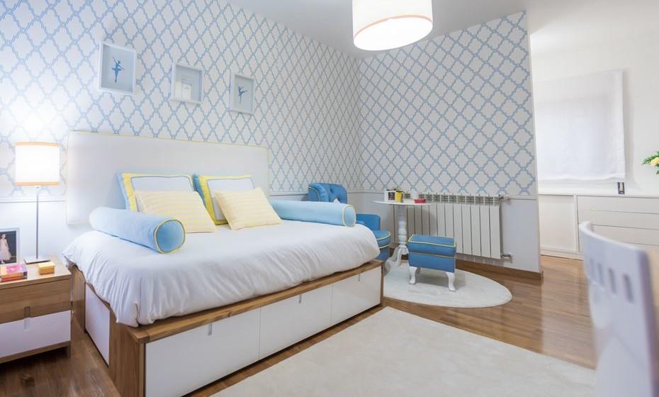 O quarto ganha espaço com arrumações debaixo da cama, oferecendo assim uma zona para a poltrona de leitura e para o closet.