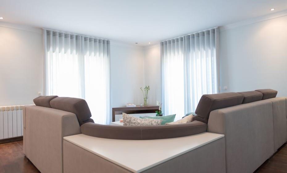 O ideal será sempre alterar as cortinas para tecidos claros e translúcidos. Permite a entrada de luz e confere leveza ao espaço.
