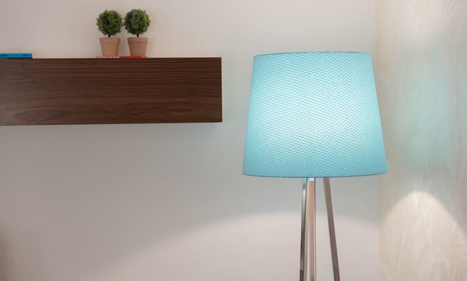 Alguma iluminação transmite e/ou dá a sensação de calor. Para contrariar essa sensação podemos substituir os abatjours para tons azuis para criar a harmonia pretendida.