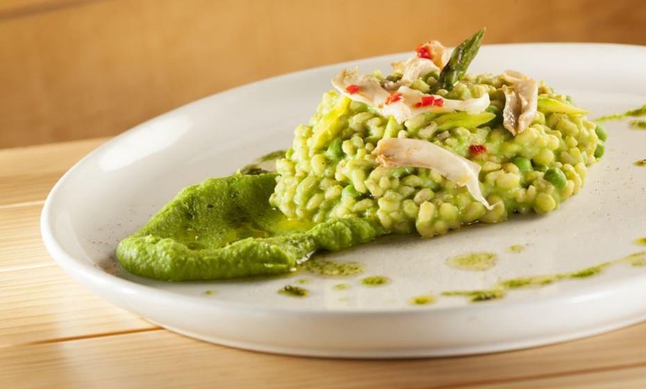 Cevadotto de espargos verdes e conserva de cogumelos pleurotus com pasta de ervilha