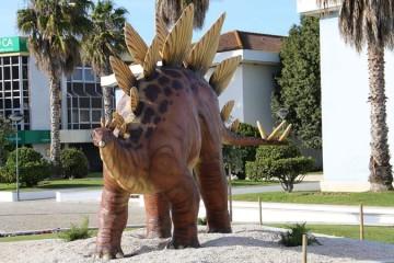 Dinossauros em tamanho real saem à rua na Lourinhã