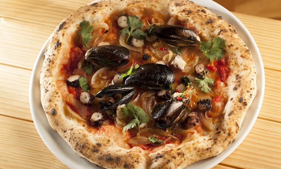 Pizza Maestrale com tomate, cebola caramelizada, polvo e mexilhão