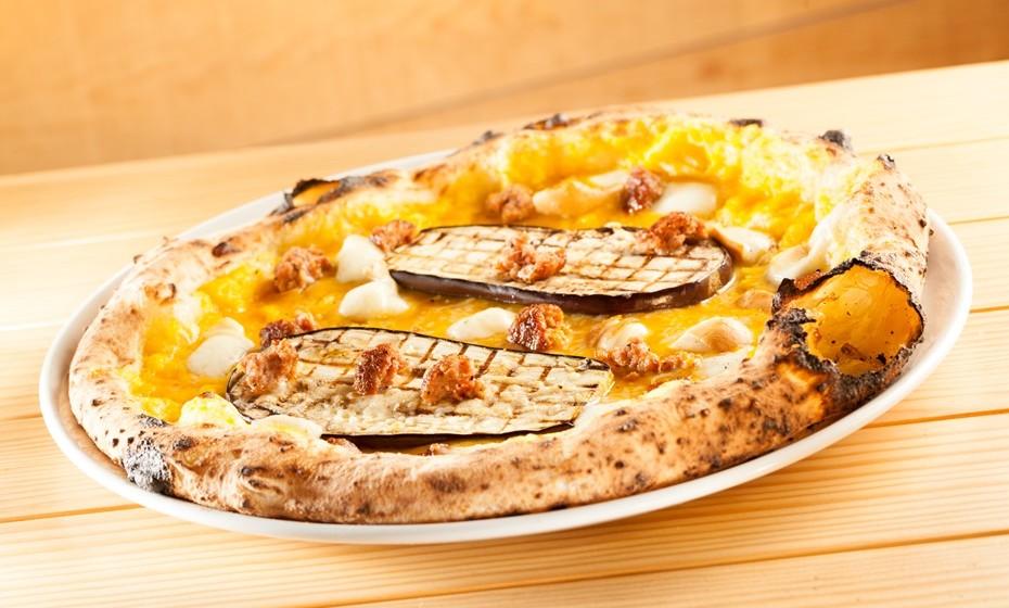 Pizza Zucca com creme de abóbora, beringela, salsicha fresca, provolla affumicata di latte di bufala D.O.P e parmesão