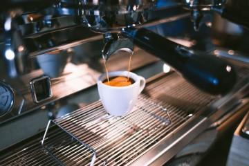 O café é um poderoso estimulante com reconhecidos benefícios. Mas, em excesso, a cafeína pode trazer alguns efeitos secundários desagradáveis e até perigosos. A tolerância muda de pessoa para pessoa, pelo que não se pode regular pelo consumo alheio, sendo que a cafeína se pode manter no organismo entre uma a nove horas. Conheça nove sinais de que está a ingerir demasiada cafeína.