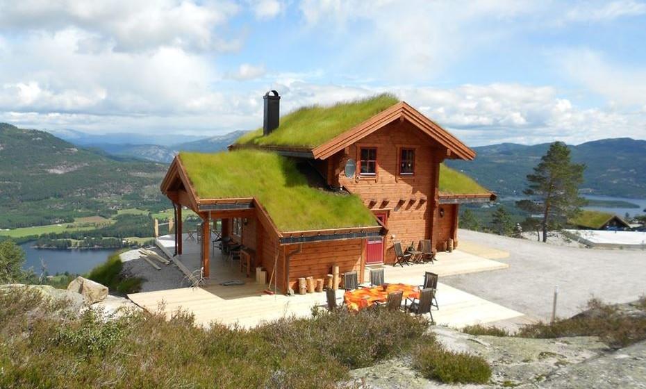 Casa com telhado de relva: é uma nova casa de campo com vista para as montanhas, lagos e uma aldeia. Está localizada em Telemark, no sul da Noruega, e promete umas férias descansadas com atividades onde pode usufruir da natureza.