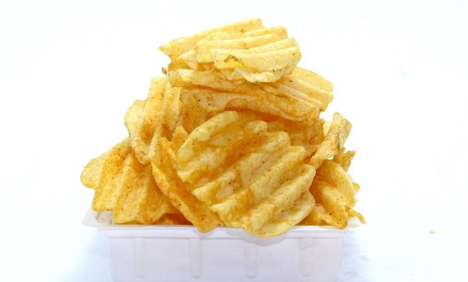 """Afaste-se de todos os alimentos que acha que são uma """"tentação"""". Não compre ou esconda em casa alimentos que sejam ricos em calorias. Lembre-se do velho ditado: longe da vista, longe do coração!"""