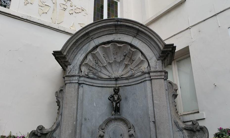 Uma das atrações de Bruxelas é o Manneken Pis. Uma pequenina estátua de um menino a aliviar-se para uma fonte que data de 1619. Para quem não foi alertado, a desilusão é certa: é uma estátua minúscula. Tem 61 cm de altura. Se o visitar quando estiver envergando um dos seus 800 fatos temáticos a desilusão será menor.