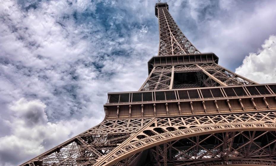 O maior símbolo de França é a Torre Eiffel. Passagem obrigatória por quem visita Paris. Um preço muito elevado e um tempo de espera insuportável tornam a atração assim menos atrativa, segundo a 'Time'. Além disso, ao subir ao seu terraço, sabe o que não vai ter? Uma foto de Paris onde apareça a Torre Eiffel.