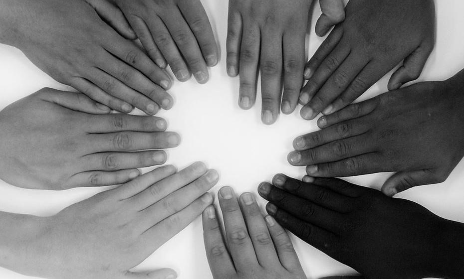 Esteja ciente de seus próprios preconceitos - Uma das maneiras de superar estereótipos é envolver-se com aqueles que são diferentes. As pesquisas mostram que o contato interpessoal é uma das melhores maneiras de reduzir o preconceito. «É incrivelmente importante estar ciente dos seus próprios preconceitos. Todos nós os temos. Perceba se atravessa a rua quando uma pessoa de uma raça diferente vem na sua direção. Observe se assume que alguém é menos competente porque é uma mulher ou muçulmana, etc..».