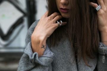 Já parou para pensar porque é que prefere usar um anel no indicador em vez de no anelar, ou vice-versa? E prefere a mão esquerda ou direita? Explicamos-lhe o significado de cada uma destas escolhas.