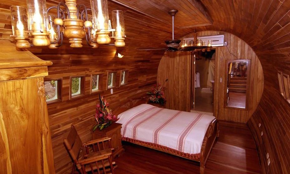 A 15 metros do chão, possui dois quartos com camas queen size, televisão, ar condicionado… e macacos, preguiças e dezenas de pássaros do lado de fora.