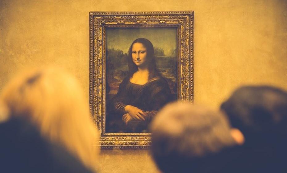 A Mona Lisa, de Leonardo da Vinci, é a maior atração do Louvre, em Paris. Mas vai precisar de se acotovelar muito para conseguir chegar perto do pequeno quadro. Caso consiga, vai ver a famosa senhora a segui-lo com os olhos, quando se deslocar. O Louve é dos melhores museus da Europa e está recheado de atrações. É visitá-lo.