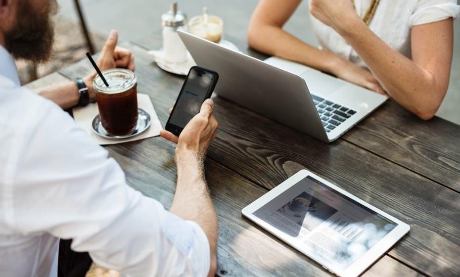 Ser muito cauteloso nas conexões às redes de Wi-Fi abertas. É possível que alguns utilizadores tenham criado uma conexão Wi-Fi com um nome semelhante a uma outra rede legítima para conseguir roubar dados. É preciso ter muita atenção às conexões a redes em aeroportos ou cafés.