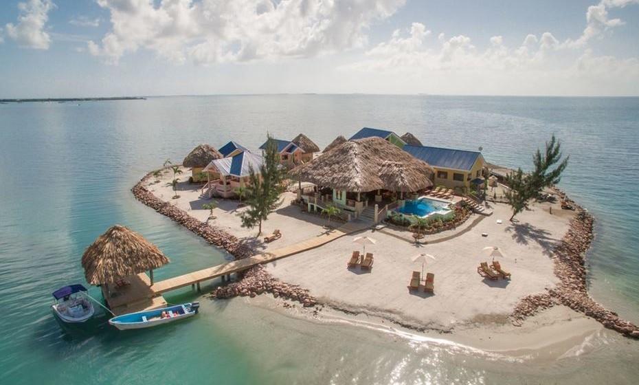 Ilha privada no Belize: Perto de Placencia, pode alugar uma ilha privada com capacidade para 14 pessoas. Rodeada pelas águas cristalinas das Caraíbas, não haverá lugar mais remoto no mundo para um descanso merecido, ao mesmo tempo que mantém as comodidades do mundo moderno.