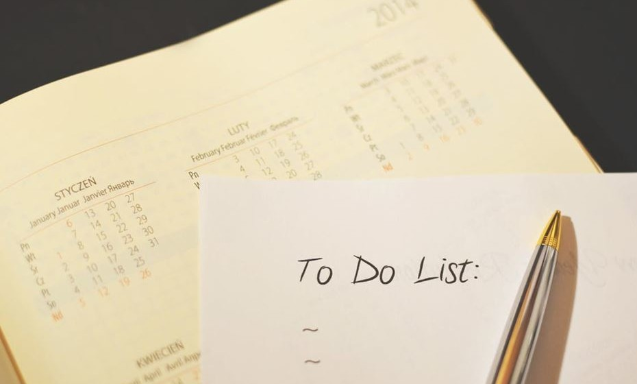 Reveja a sua agenda e organize as suas tarefas por prioridade, focando-se naquelas que são as mais importantes, assim estará mais preparado para as surpresas do dia a dia.