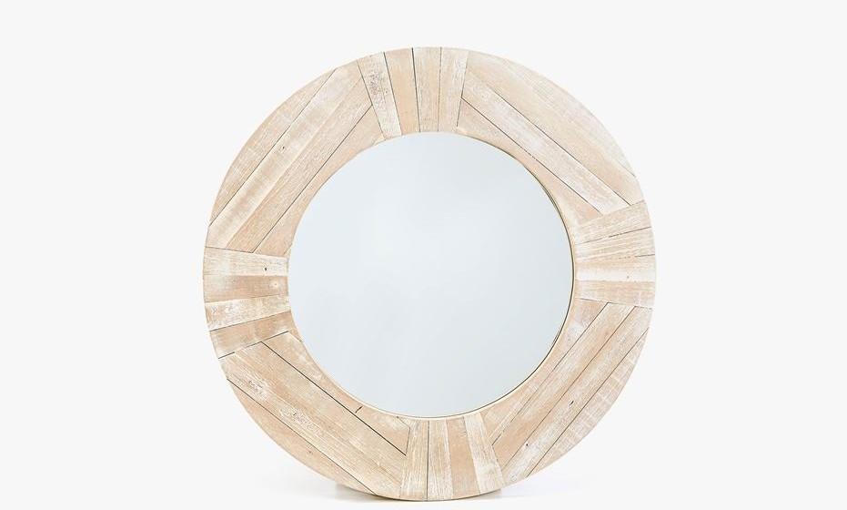 Tal como os cascos dos barcos utilize elementos de madeira na decoração, um espelho de madeira é uma excelente solução.