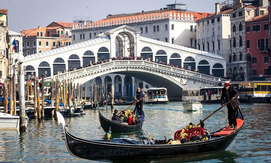 Se acha que ir a Veneza e não andar de gondola é perder uma experiência italiana, desengane-se. Uma viagem custa 'os olhos da cara', o gondoleiro está vestido como os turistas pensam que os italianos se vestem e paga ainda mais se quiser que ele cante. Em vez disso, faça como os italianos, ande de táxi aquático.